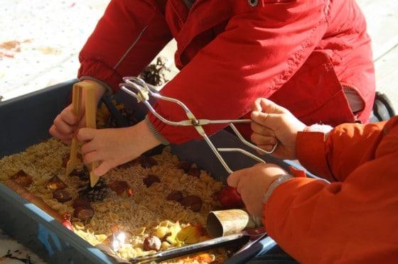 Mališani i predškolci istražuju senzornu kantu za studeni